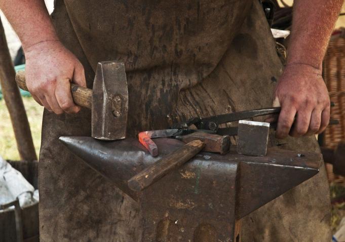 Handwerker und das Piercing