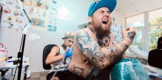 Schmerzen beim Tattoo Rücken Zonen